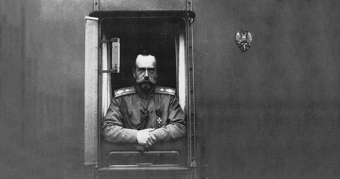 Николай второй в окне своего вагона (фотография 1910-1912 года)