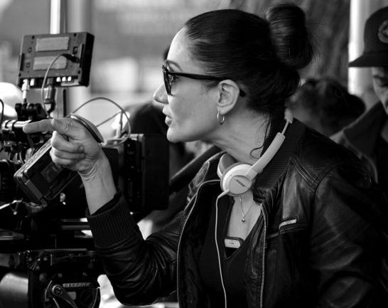 Исса Лопес на съёмочной площадке (фотография с сайта The Hollywood Reporter)