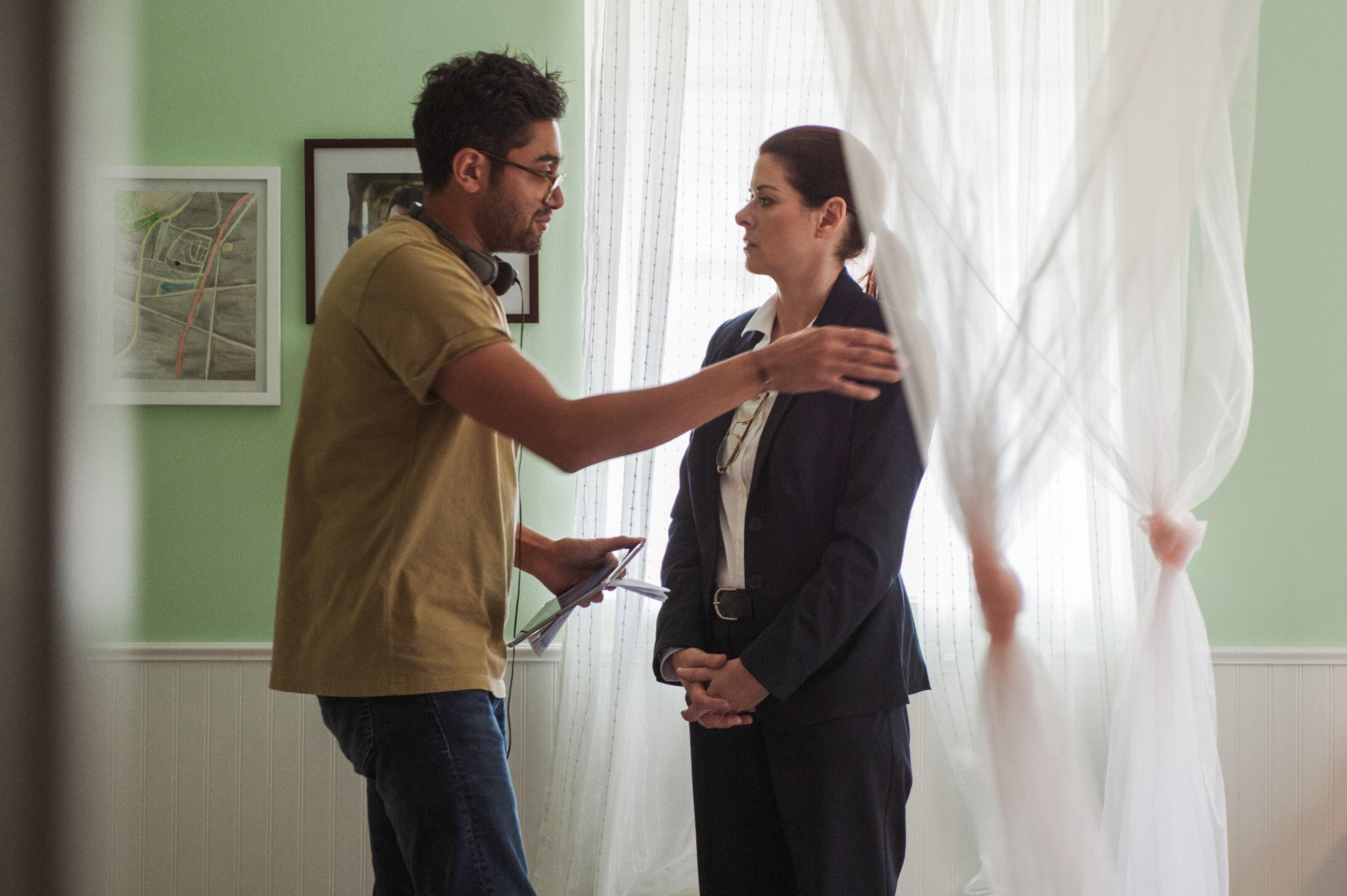 Фотография со съемок фильма «Поиск» (Аниш Чаганти и Дебра Мессинг)