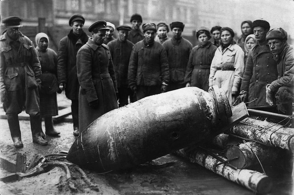 Снаряд на улице блокадного Ленинграда (фотография из открытых источников)