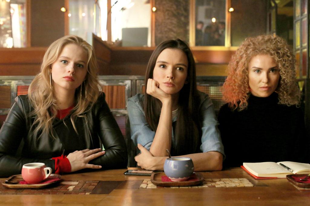 Три девицы за столом пьют коктейли вечерком: «Любовницы»
