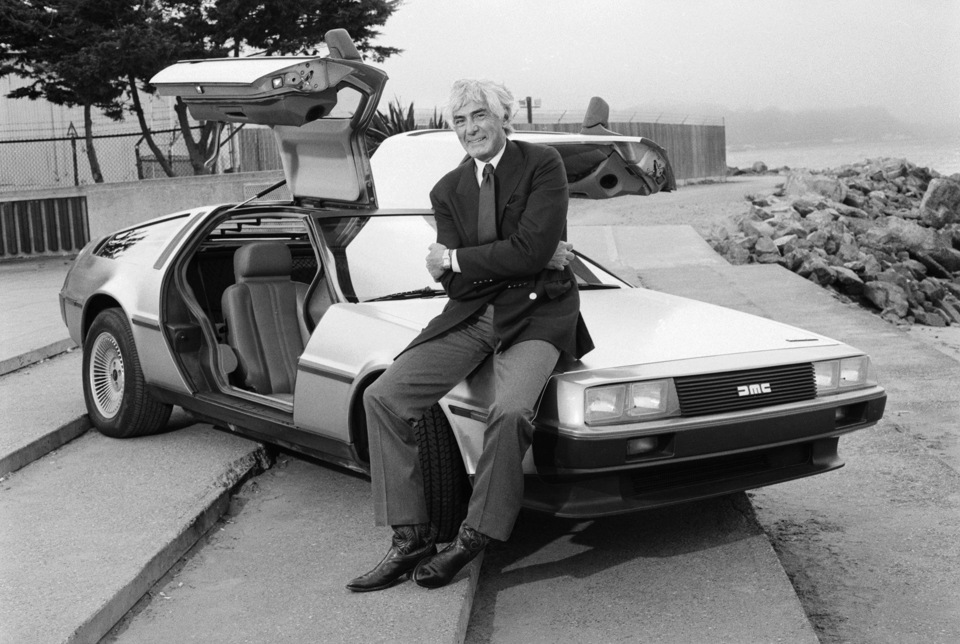 Джон Делореан и автомобиль DeLorean DMC-12 (фотография 1981 года)