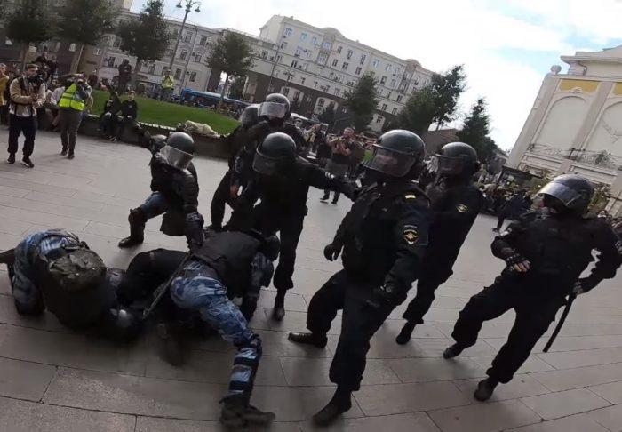 Кадр видеозаписи задержания Павла Устинова