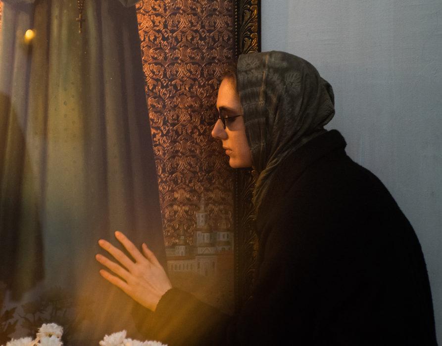 Кадр из фильма «Сквозь чёрное стекло»