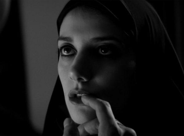 Кадр из фильма «Девушка возвращается одна ночью домой»