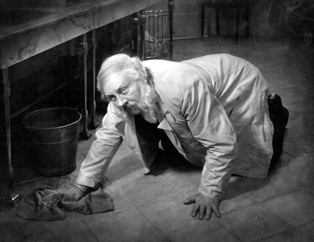 Гоголевская шинель на немецком портье: «Последний человек»