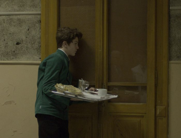 Кадр из фильма «Мальчик с подносом»